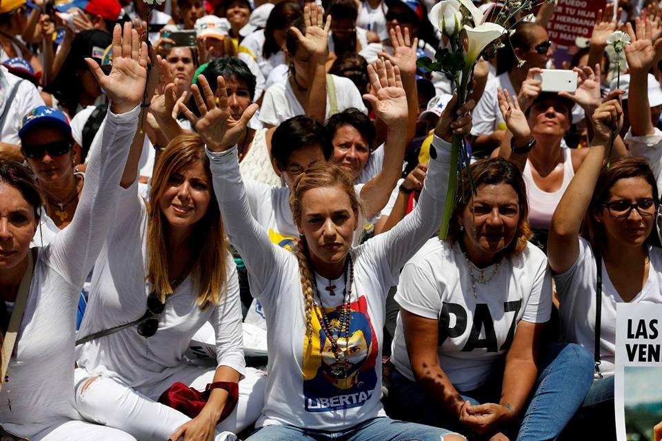 Foto della marcia delle signore in bianco. In prima fila Lilian Tintori. Queste e altre foto sono state riprese da molti siti internazionali e da alcune associazioni femministe italiane (Se non ora quando). Che invece hanno trascurato l'analoga marcia delle donne in rosso guidate dalla ministra per le pari opportunità